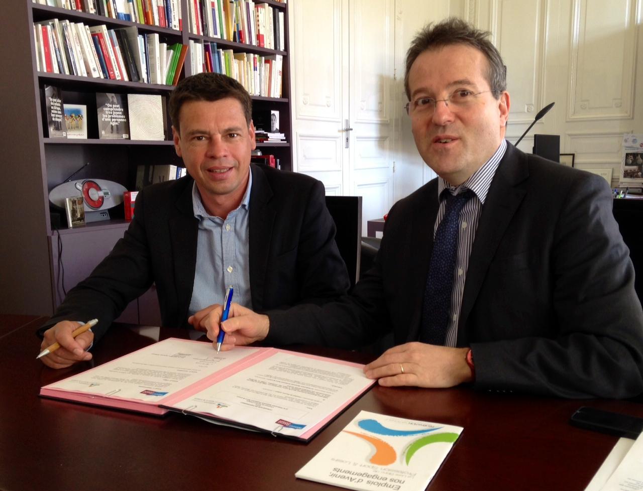 Martin HIRSCH et Nicolas VERDON pendant la signature.