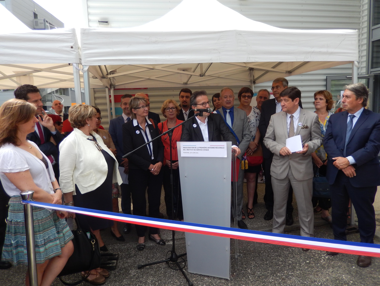 Au centre : Martin Hirsch : « Rhônes-Alpes, une évidence pour la première terre d'accueil d'une antenne régionale de l'Institut ». De gauche à droite : Claire de Mazancourt (directrice de l'Instiut), Guillaume Lissy (conseiller départemental), Eliane Giraud (vice-présidente de la région), Christophe Ferrari (président de la Métro de Grenoble), Marie-Noëlle Battistel (députée), Geneviève Fioraso  (ancienne ministre), Sarah Boukaala (vice-présidente de la région), Jean-Paul Trovero (maire de Fontaine), Jean-Jack Queyranne (président de la région Rhône-Alpes), Patrick Kanner (ministre de Ville, de la Jeunesse et des Sports), Michel Destot (député)