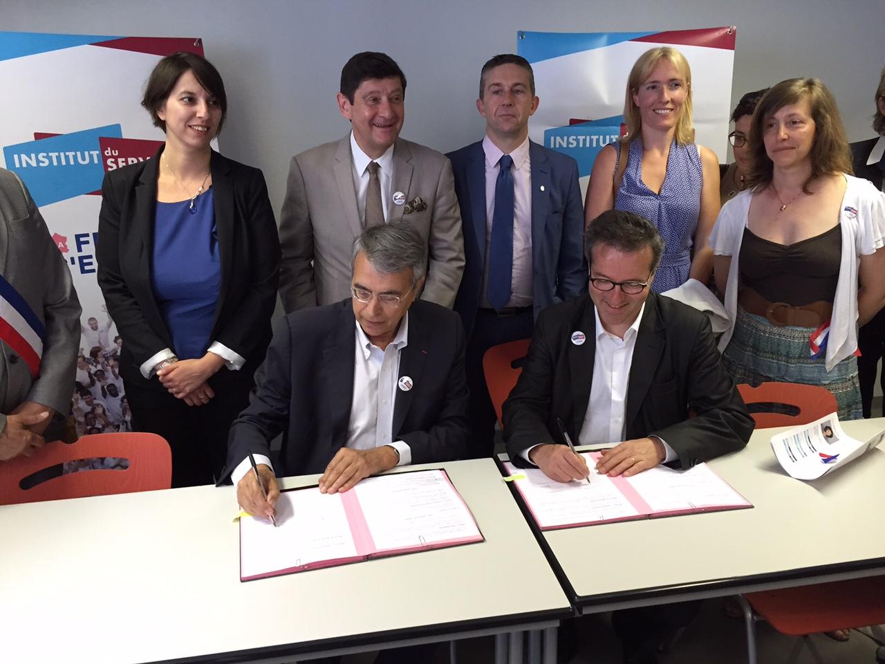 Jean-Jack Queyranne et Martin Hirsch signent, en présence du Ministre, la convention de partenariat entre l'Institut du Service Civique et la région Rhône-Alpes, qui devient la première région partenaire de l'Institut.